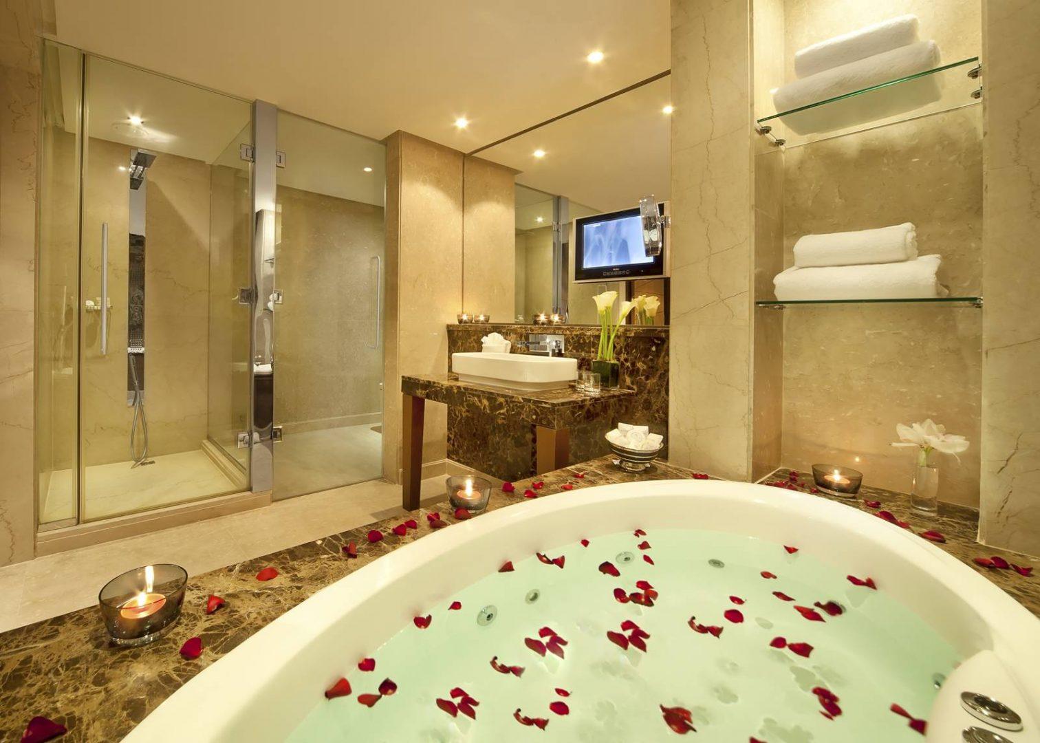 Pétalos de rosas en la bañera :: Imágenes y fotos
